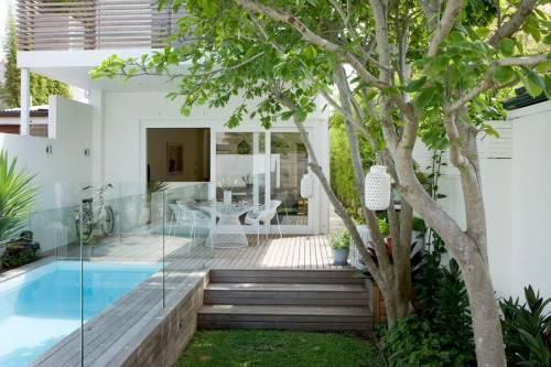 Jardin con deck de madera