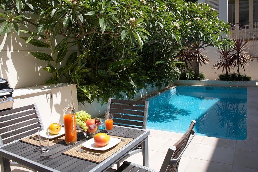 Dos jardines peque os y modernos con pileta for Jardines en espacios pequenos fotos