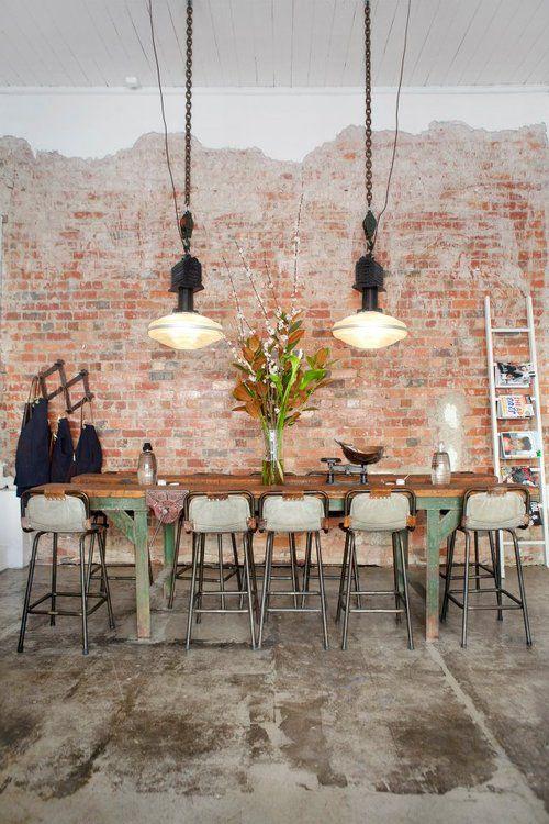Comedor con paredes de ladrillo a la vista