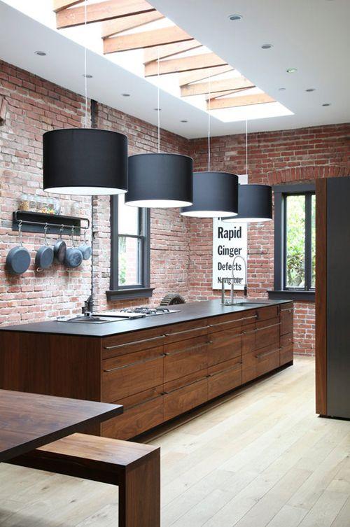 Cocina con paredes de ladrillo a la vista
