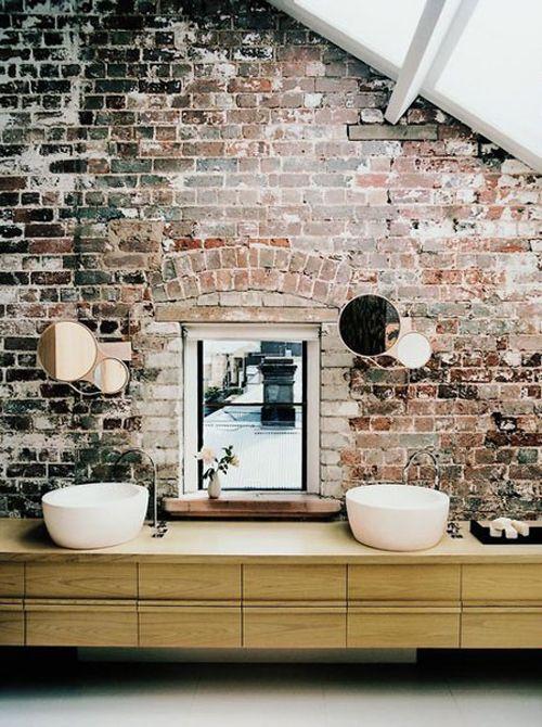 Baño paredes ladrillo a la vista