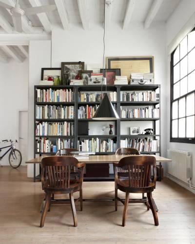 Comedor del loft con biblioteca
