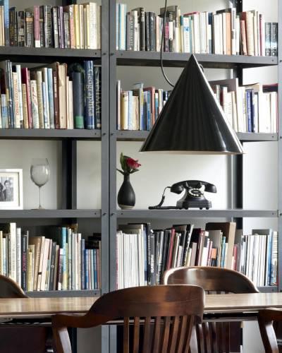 Biblioteca con estanterías de oficina