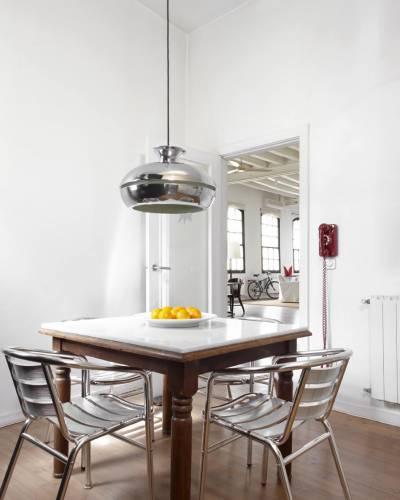 Mesa de madera y sillas de aluminio