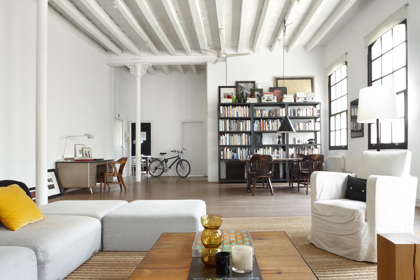 Un aut ntico loft que combina lo moderno con lo industrial for Decoracion clasica moderna interiores