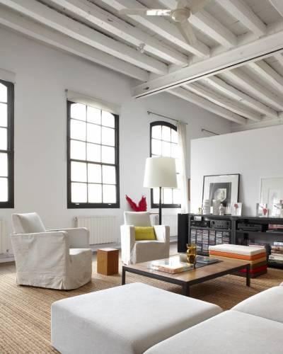 Living del loft con muebles de varios estilos