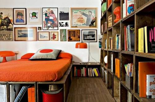 Decoración de lofts estilo retro: dormitorio con detalles en color naranja