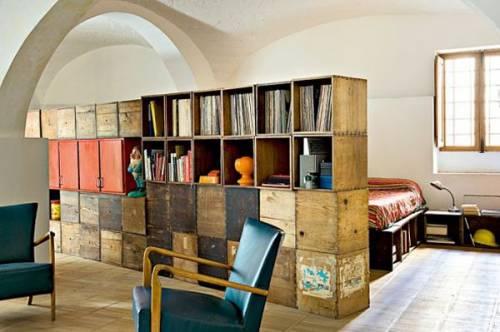 Decoración de lofts estilo retro: cajas de madera para dividir ambientes