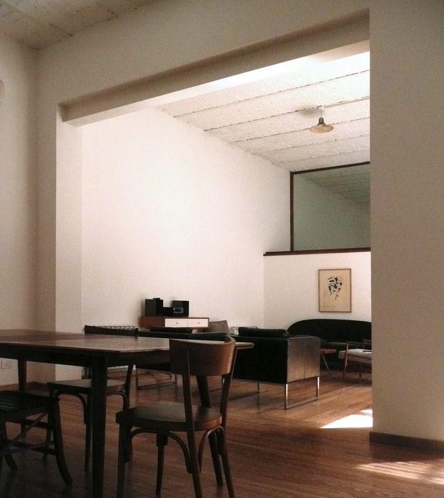 Living comedor del PH. Se mantuvo la doble altura de los techos y las terminaciones originales