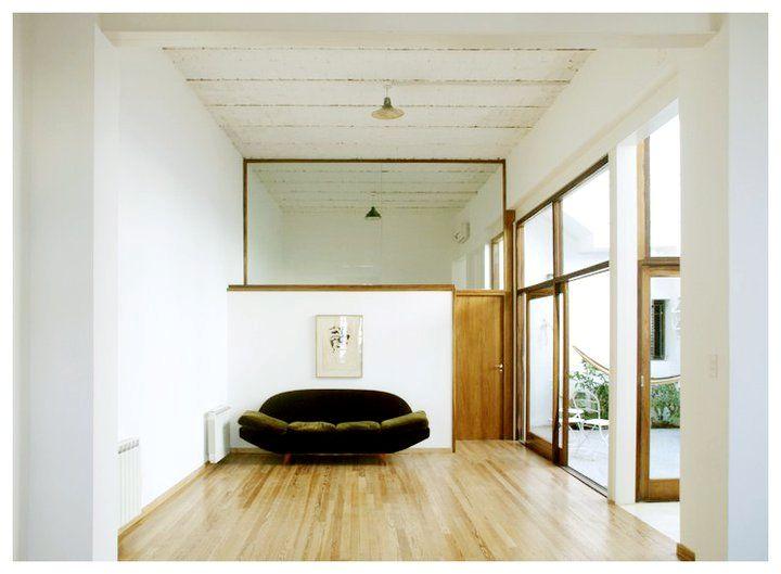 Vista del living antes de terminar de ser decorado. El paño fijo en altura de fondo es lo que divide el living del dormitorio principal.
