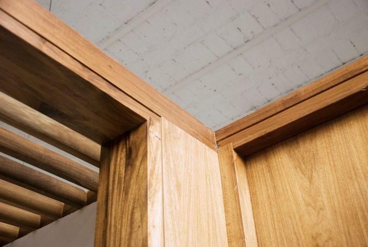 Detalle de la estructura de madera construida para dividir el dormitorio principal del living y para alojar el nuevo toilette en el PH