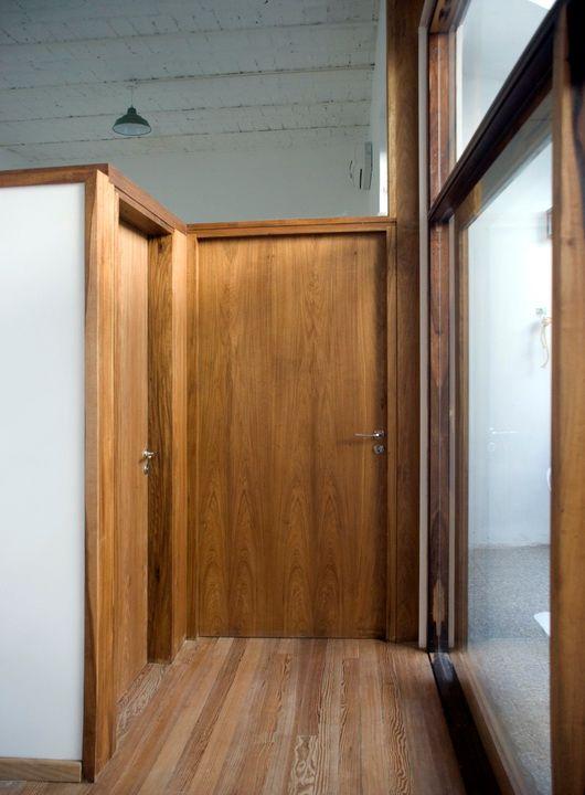 La carpintería nueva contrasta con los pisos de pinotea reciclados