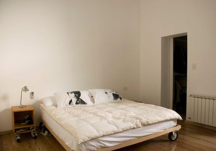 Dormitorio principal del PH en un estilo muy minimalista