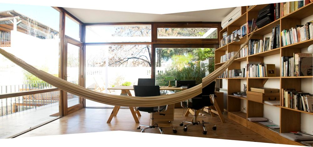 Estudio del PH ubicado en la terraza. Sirve de oficina o espacio de trabajo separado de la vivienda principal. El piso es fenólico de madera.