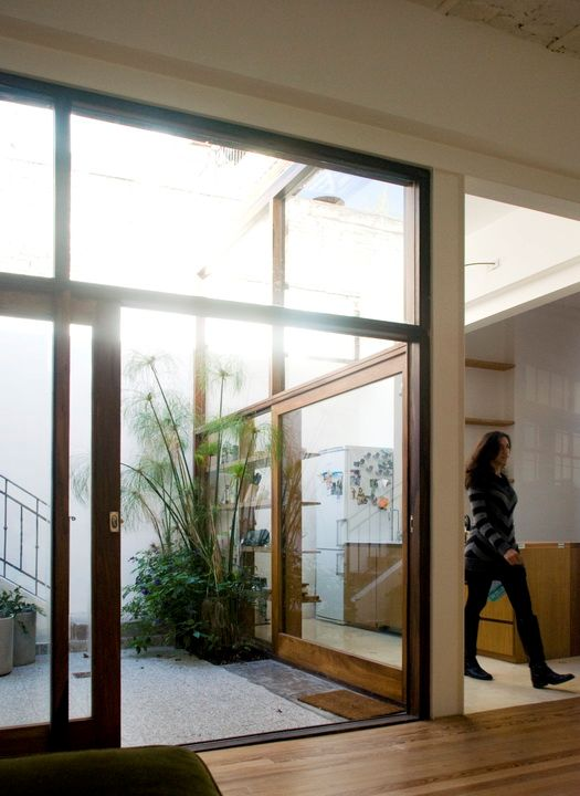 Los grandes ventanales de madera fueron clave en la reforma: no sólo suman luz al interior del PH sino que además permite una integración completa con el patio interno