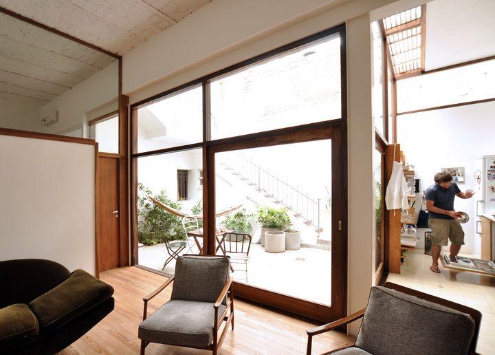 El living del PH tiene un diseño sencillo con muebles de estilo nórdico y vintage