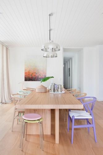 Comedor moderno con sillas Wishbone pintadas en colores pastel