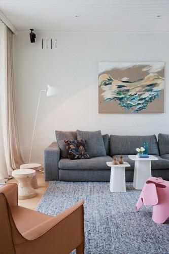 Living moderno con muebles de diseño clásico y moderno