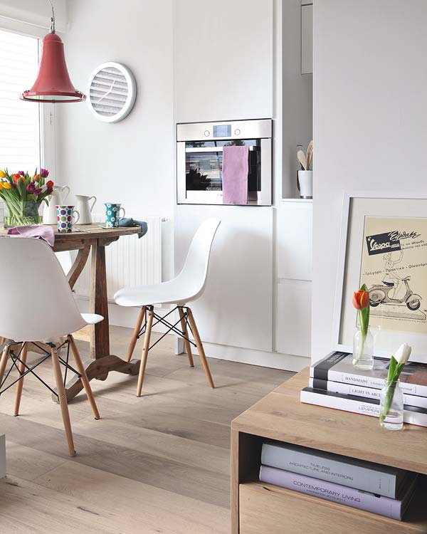 Comedor pequeño con mesa rústica y sillas Eames DSW