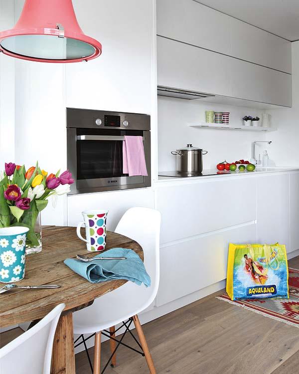 Cocina moderna y blanca con accesorios en acero inoxidable