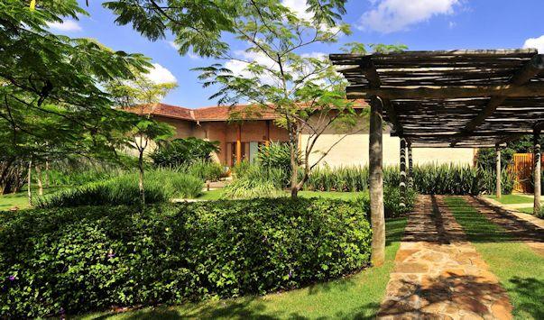 Jardín moderno y tropical