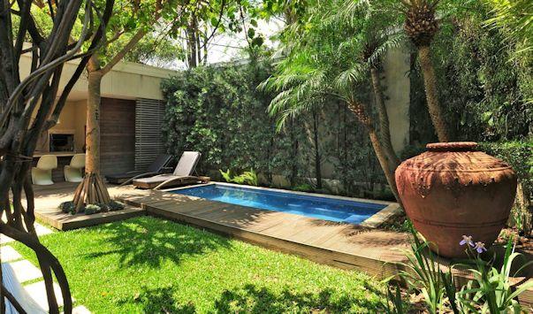 Jardín pequeño y tropical con piscina pequeña