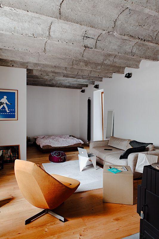 Cielorraso de concreto aporta estilo industrial al loft pequeño