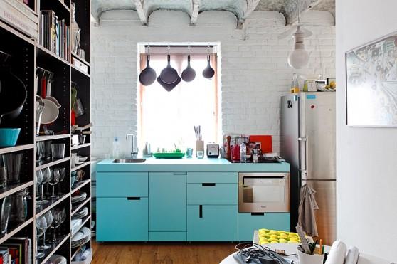 Cocina del loft con mueble de linéas rectas en color celeste