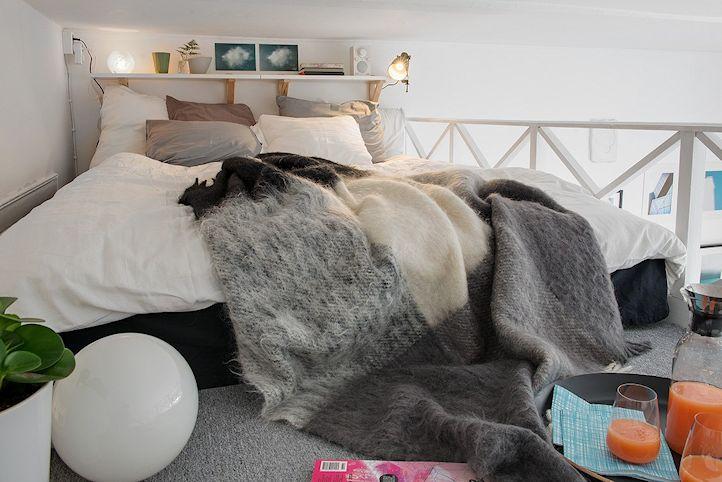 Sector del dormitorio en el entrepiso del monoambiente
