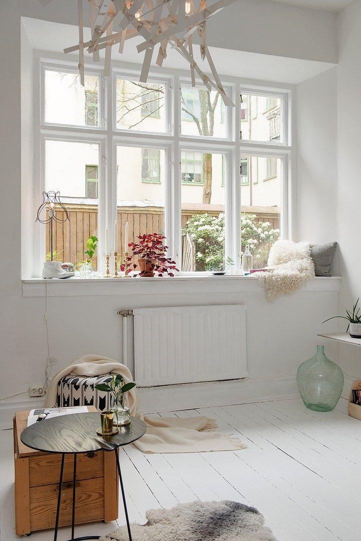 En el alféizar de la ventana se colocaron plantas y objetos que decoran el monoambiente sin ocupar mucho lugar