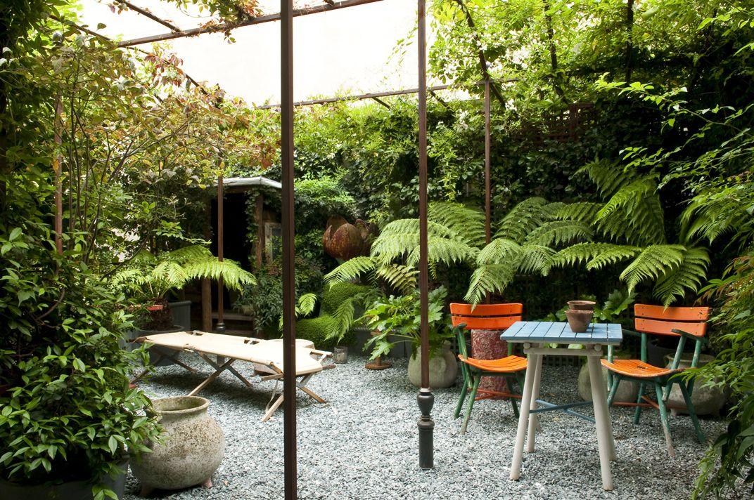 Un patio peque o con plantas de sombra for Decoracion de patios con macetas