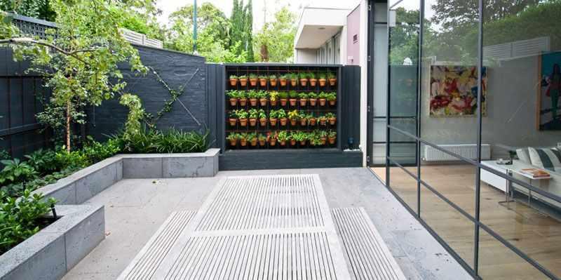 Patio Moderno Con Huerta Vertical