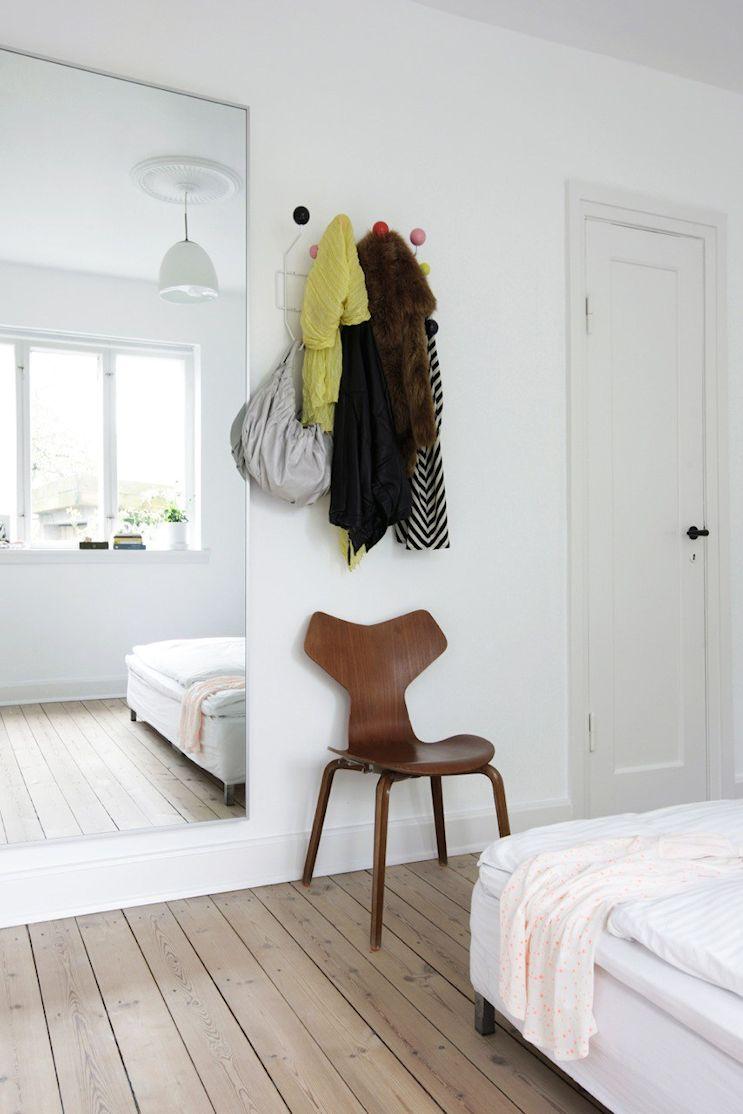 En los dormitorios pequeños es muy útil aprovechar el espacio vertical  para no utilizar muebles que ocupen lugar