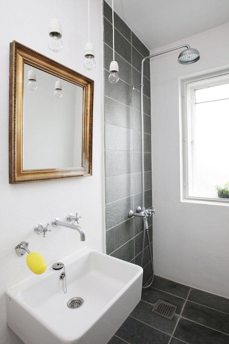 Baño pequeño en blanco y negro