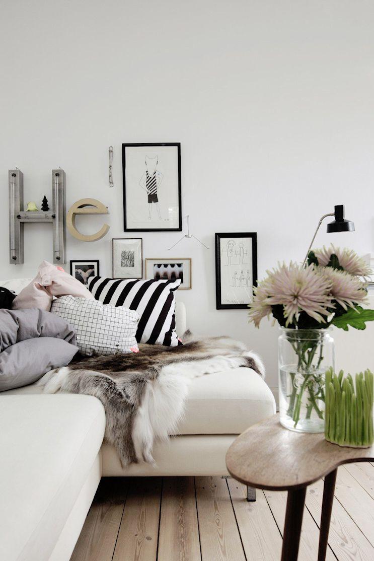 Cuadros y objetos colgados en la pared ayudan a sectorizar el living