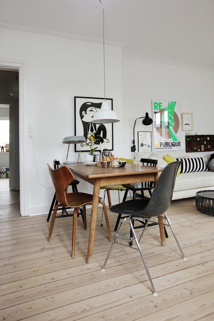 En el comedor: mesa vintage de madera con sillas en estilo diferentes