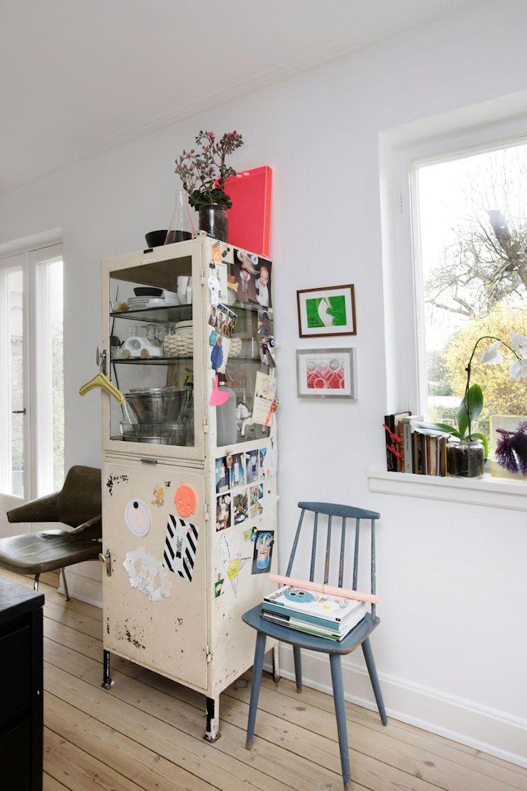 Junto a la cocina, un aparador vintage de segunda mano se utiliza para guardar accesorios de cocina y vajilla