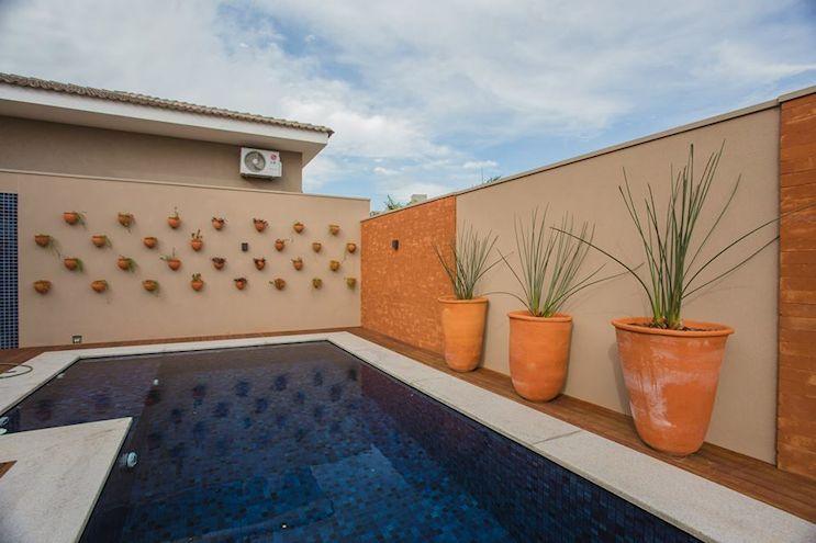 Sector de la pileta y detalle de las paredes que alternan ladrillo visto con sectores pintados en color arena / beige