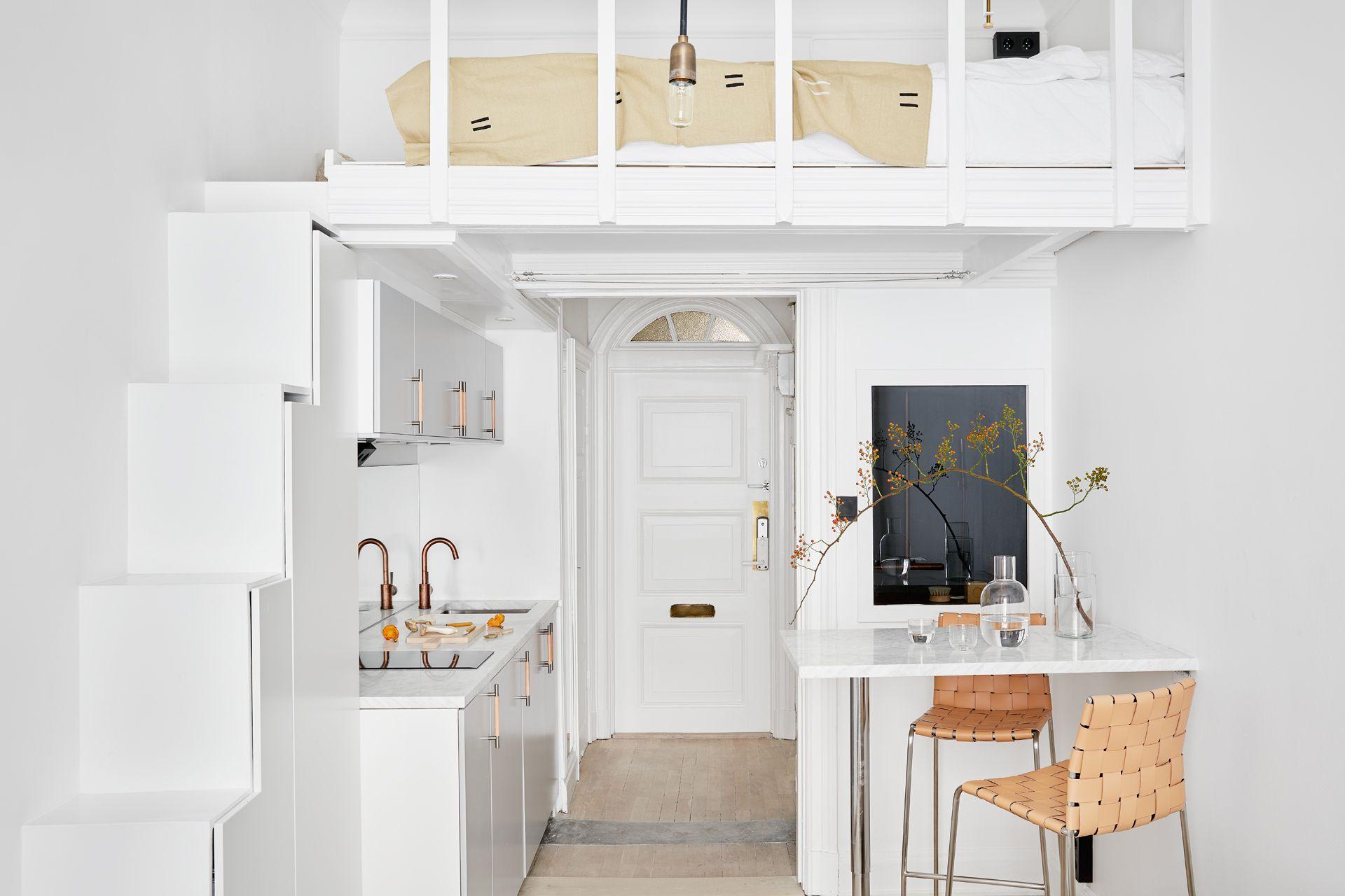 A Japanese Inspired Apartment With Plenty Storage Systems: 2 Monoambientes Muy Pequeños Con Entrepiso Para La Cama
