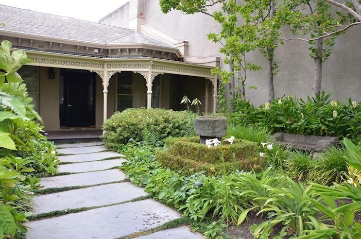 Una casa con dos jardines de estilos diferentes
