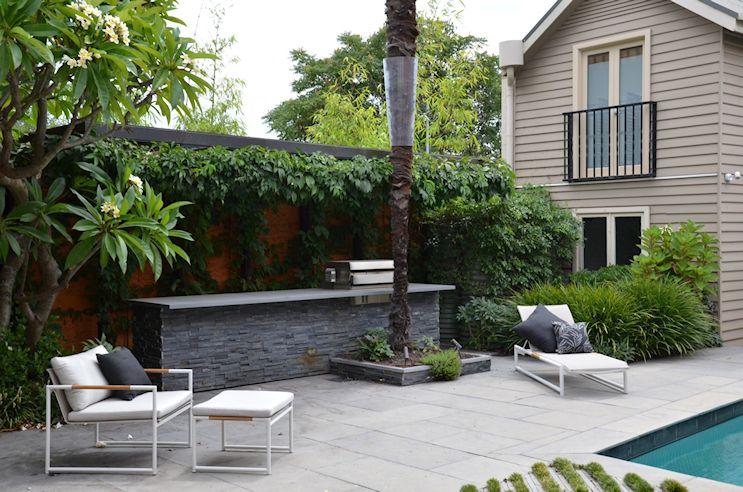 Diseño del jardín o patio trasero con pileta en estilo contemporáneo 2
