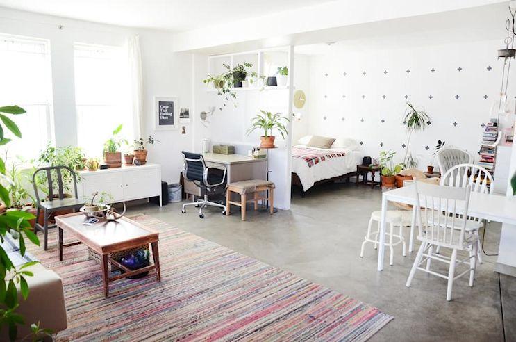 Muebles usados, textiles y plantas en la decoración de un monoambiente