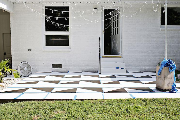 Renovar los pisos de un patio con pintura 6