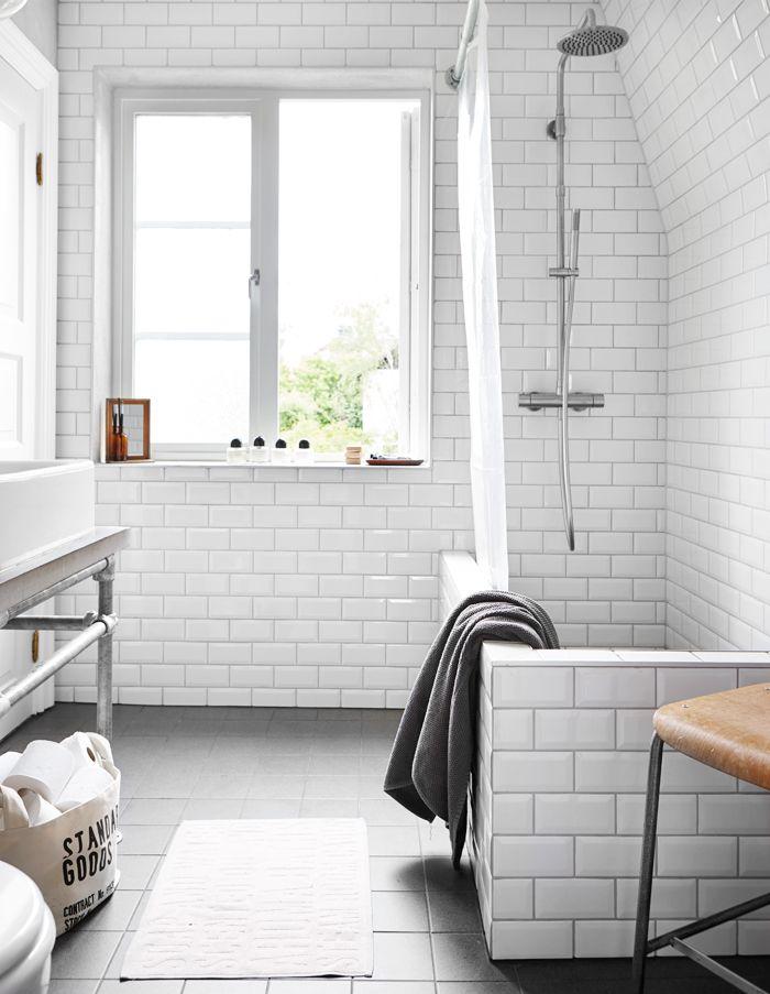 El baño con bañera de obra combina lo nórdico con lo industrial en una ambientación vintage