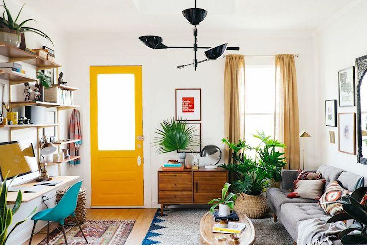 Cómo decorar livings pequeños: agregar acentos de color pintando algún elemento en un color vibrante