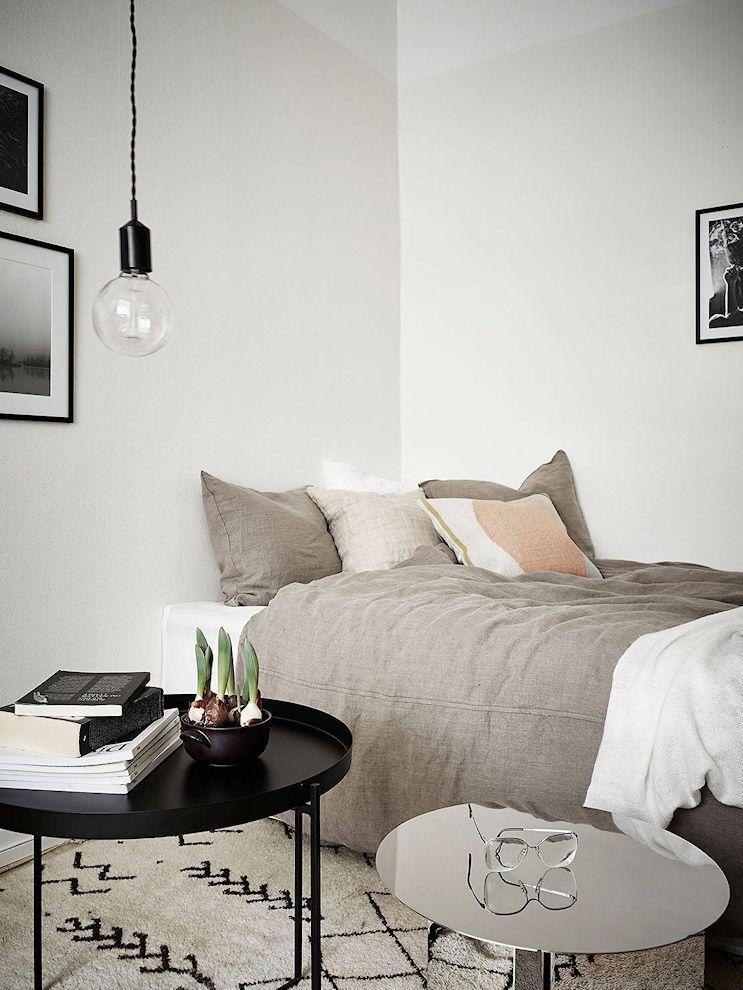 La cama también cumple la función de sillón debido al poco espacio