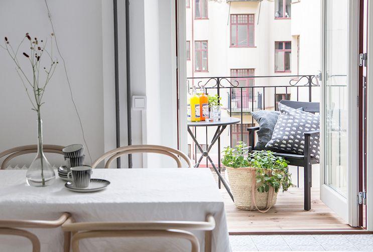 Cocina nórdica con muebles blancos y mesadas de madera 15