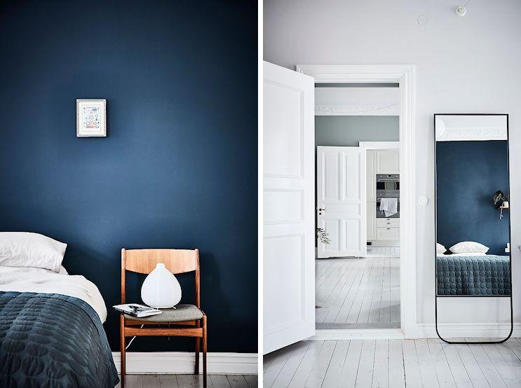 Primer plano de la pared azul con la que se pintó el dormitorio