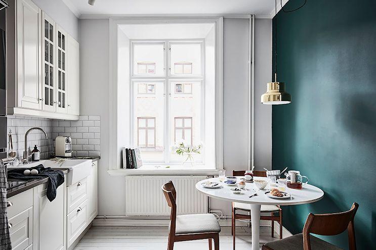 Pared de la cocina - comedor diario pintada de turquesa oscuro