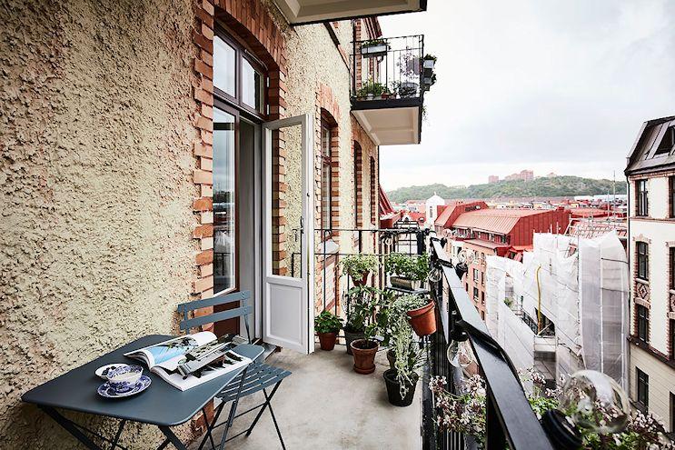 En el balcón pequeño las plantas se colocaron en macetas de poco tamaño y jardineras